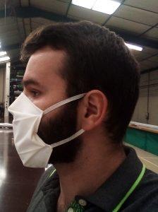 Masque grand public avec élastiques porté